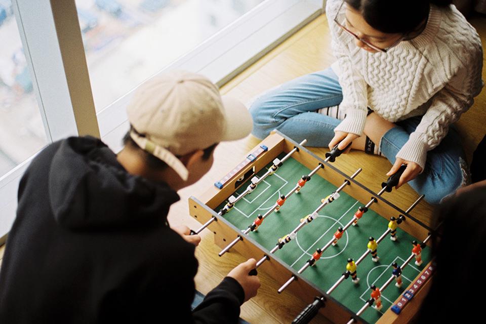 ボードゲームで遊ぶカップル