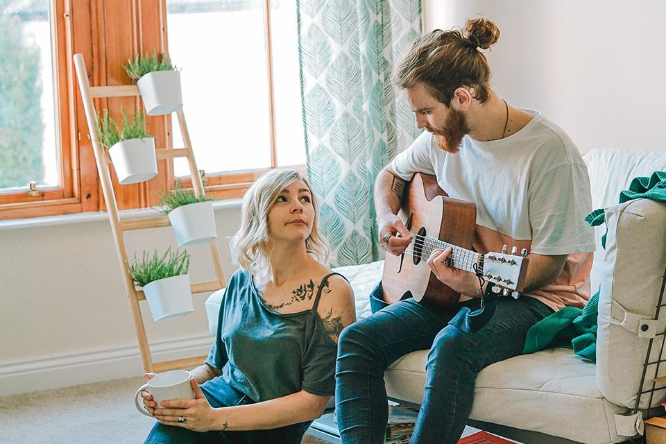 ギターを演奏するカップル