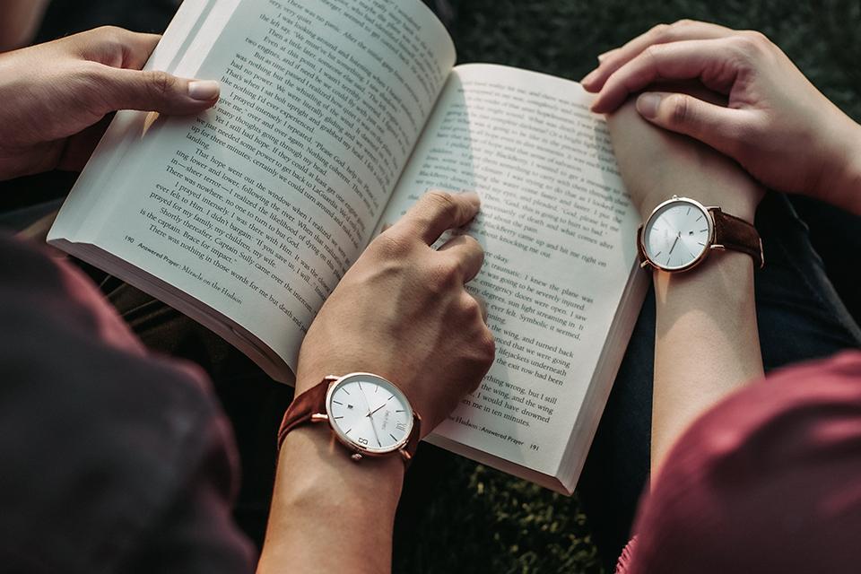 読書をするカップル